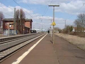 Bahnhof Lollar mit dem Mittelbahnsteig. Rechts das Gleisbett des ehem. Gleis 3, welches nicht überbaut werden sollte. Links das Gleis 2 und daneben das Gleis 1 mit dem Bahnhofsgebäude.