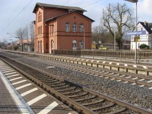 Bahnhof im Kernort der Gemeinde Fronhausen/Lahn zwischen Gießen und Marburg. Auch hier drohen Kürzungen.