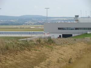 Totenstille am neuen Flughafen Kassel-Calden. Mehr als ein Drittel der ohnehin nur einzelnen Flüge (1-2 täglich) wird mangels Nachfrage fortwährend gestrichen.