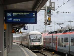 Ein IC verlässt (mit Verspätung) den Bahnhof Gießen. Daneben auf Gleis 4 ein HLB-Zug des Main-Lahn-Sieg-Express.