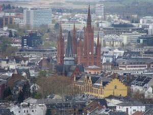 Wiesbaden, die Landeshauptstadt von Hessen mit Blick vom Neroberg. Seit rund 50 Jahren ohne Straßenbahn, wie viele Großstädte in Deutschland. Wird die nnerstädtische Bahn wiederkommen?