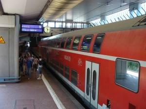 Der Regionalexpress RE 30 (Frankfurt-Gießen-Marburg-Kassel) fährt als Doppelstockzug nur alle 2 Stunden, wie hier am Bahnhof Kassel-Wilhelmshöhe.