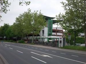 Das Pendlerparkhaus Lahnstraße an der Westseite des Bahnhofs in Gießen.