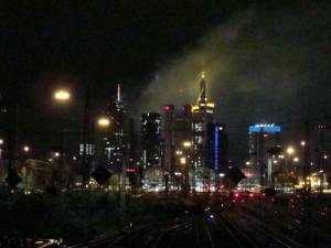 Auch in den Frankfurter Hauptbahnhof fahren abends und nachts die IC und ICE verspätet ein.
