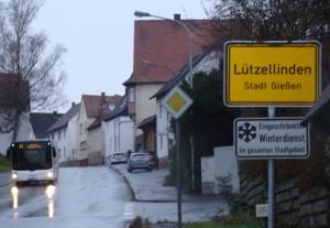 Ortseingang Lützellinden. Die Linie 11 auf der  Fahrt nach Wetzlar in der Rheinfelser Str. ,  das nur noch bis Dezember 2014