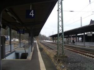 Der Bahnsteig der stillgelegten/abgebauten Gleise 4+5 in Herborn. Diese Fläche muss als Reservefläche für künftige Planungen zum Streckenausbau unbedingt erhalten bleiben.