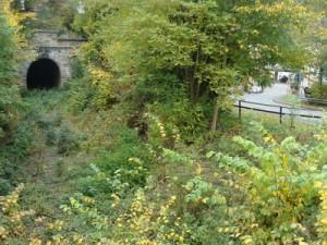 Das Südportal des großen Ittertunnels in der Ortslage von Thalitter. Rechts die Immighäuser Straße.