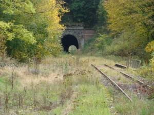 """Das Nordportal des großen Ittertunnels aus Blickrichtung des ehem. Bahnhofs """"Itter"""". Vor dem Tunnel die Brücke über die Itter."""