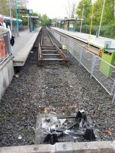 Das Fundament des beschädigten und inzwischen abgebauten Oberleitungsmast an der Endstation Ginnheim der U9 und der U 1. Es ist ein Gleisstück herausgenommen, damit ein neues Fundament für den Mast sowie ein neuer Prellbock gesetzt werden kann.