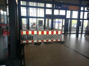 Der Eingang gegenüber Gleis 7+8 im Bahnhof Kassel-Wilhelmshöhe, hier liegt bereits ein Teil des Materials für den Warteraum, welcher an diesem Platz errichtet werden soll.