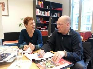 Der hessische Landesvorsitzende Thomas Kraft im Gespräch mit der Bundestagsabgeordneten Sabine Leidig (Die Linke) im Abgeordnetenbüro in Berlin.