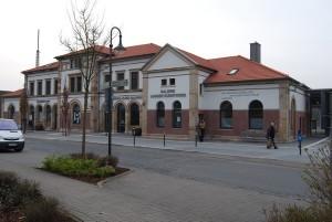 Der Bahnhof Hünfeld aus dem Blickwinkel des Bahnhofvorplatzes.