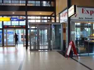 Einer von zwei neuen Warteräumen steht am Ausgang gegenüber Gleis 9+10 auswärts blickend rechts.