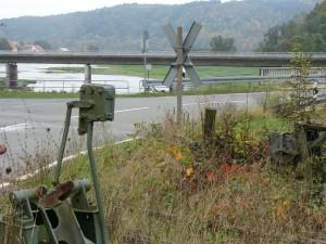 Reste des Bahnübergangs und der Gleisanlage, im Hintergrund der Einlauf der Eder in den Edersee.