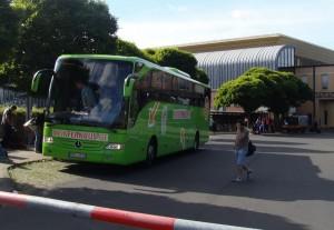 Ein Fernbus auf der Rückseite des Bahnhofs Kassel-Wilhelmshöhe, einer provisorischen Fernbushaltestelle.