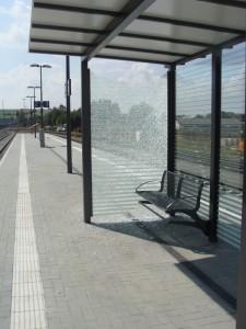 kaputtes Bahnsteig-Wartehäuschen 2014-09-06