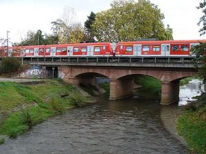 Die Nidda verträgt sich bereits heute mit der Bahn. Umweltfreundliches Verkehrsmittel, zusammen mit der Natur, wie hier in Bad Vilbel.