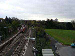 Es ist ausreichend Platz für zwei weitere Gleise, wie hier bei der Station Frankfurt-Berkersheim.