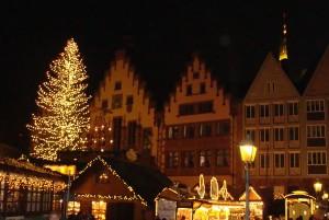 Der Römerberg in Frankfurt am Main in Weihnachtsstimmung mit großem Weihnachtsmarkt. Jedes Jahr ab Ende November wieder ein Erlebnis.