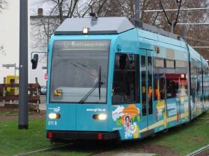 Die neue Straßenbahnlinie 17 in der Stresemannallee in Frankfurt am Main.