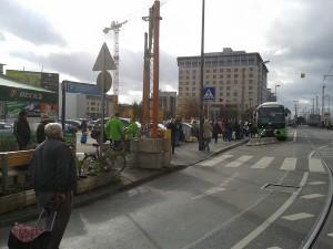 Die Mannheimer Straße in Frankfurt auf der Südseite des Frankfurter Hauptbahnhofs. Die Busse stehen am Straßenrand, die Fahrgäste ohne Wetterschutz auf dem Gehweg. In der Mitte fährt auch noch die Straßenbahn, dazwischen Gepäckverladung auf der linken Seite der Busse. Das soll sich in gut einem Jahr auch in Frankfurt am Main geändert haben.
