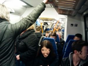 Überfüllter Regionalzug in Hessen. Ist das noch mehr Alltag, wenn die Regionalisierungsmittel nicht mehr reichen?