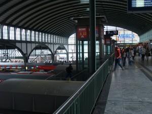 Hier sollen nach Vorstellung von PRO BAHN und VCD künftig ICE halten. Der Bahnhof Darmstadt mit seinem Quersteg über den Gleisen.