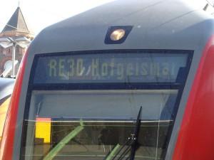 Der Doppelstock-Regionalexpress der Main-Weser-Bahn auf dem Weg nach Hofgeismar. Ab Kassel-Wilhelmshöhe nimmt der Zug anstatt Kassel Hbf. einen anderen Weg und fährt direkt nach Hofgeismar.