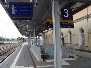 Gleis 3, einziger Bahnsteig auf der Westseite, leider ohne Aufzug. Links oben auf dem Bild, die viel zu kleine Fahrgastinformation.