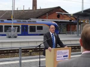 Der Geschäftsführer des Nordhessischen Verkehrsverbundes (NVV) während seiner Ansprache bei der Einweihung am 26.06.2015.
