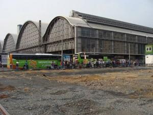 Die seitherigen Parkplätze sind verschwunden, das Baufeld ist hergerichtet. Frankfurt/Main - Hauptbahnhof-Südseite, Mannheimer Straße.