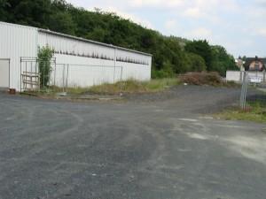 Mittlerweile ungeordnete gewerbliche Nutzung auf den in Dietzhölztal abgebauten Gleisanlagen der letzten 500 Meter Bahntrasse.