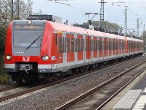 Die S 6 auf dem Weg nach Friedberg mit  in die Jahre gekommenen, nicht behindertengerechten Bahnsteigen und mit schnelleren Zügen im Nacken auf gleichem Gleis.