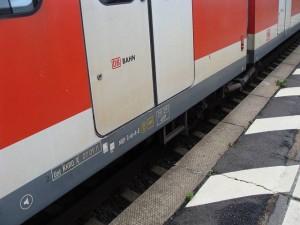 Die S-Bahnen haben einen Einstieg von 96 cm, die Bahnsteige im Mischverkehr haben bei den ins Umland führenden Strecken nur eine Höhe von 76 cm (siehe Bild) oder gar nur 55 cm.