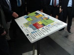 Der Übersichtsplan für Sehbehinderte in der Bahnhofshalle in Marburg, der Stadt der Blindenanstalt und der Blindenschule.