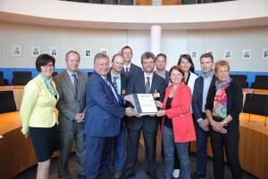 Bild der Übergabe der Petition im Paul-Löbe-Haus des Deutschen Bundestags in Berlin.