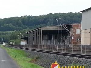 Die Lumdatalbahn in Höhe des örtlichen Industriebetriebs in Blickrichtung Londorf bzw. Streckenende.