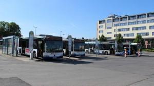 Busbahnhof Bad Homburg am Samstagvormittag (21.11.2015). Wenige Stunden später sucht der Fahrgast diese Busse vergeblich.