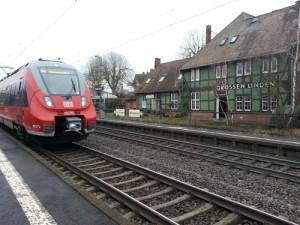 Ein Triebwagen des Mittelhessen-Express fährt in Richtung Marburg/Dillenburg in die Bahnstation von Großen-Linden ein. Aufgenommen am 01.01.2016.