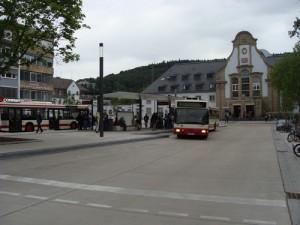Vom neuen Busbahnhof vor dem Bahnhof Marburg fahren derzeit schon viele Stadtbusse auf die Lahnberge, jedoch reichen diese Kapazitäten nicht aus.
