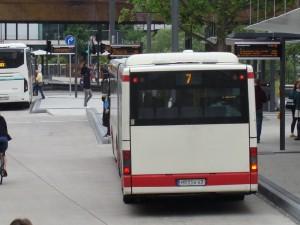 Ein Bus der Linie 7 im Stadtverkehr Marburg. Sie erschließt als Stammlinie von zwei Seiten das Gebiet auf der Lahnberge mit Uni-Kampus und Uni-Klinikum.