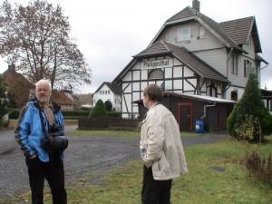 Der Stellv. Landesvorsitzende von PRO BAHN Hessen, zusammen mit Siegfried Wagenländer von PRO BAHN Bayern auf dem Gelände am alten Bahnhof von Philippstal.