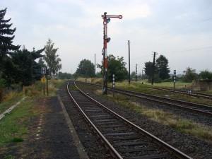 Hier teilen sich die beiden Strecken. Geradeaus geht es nach Wölfersheim/Hungen, rechts ab geht es nach Nidda.