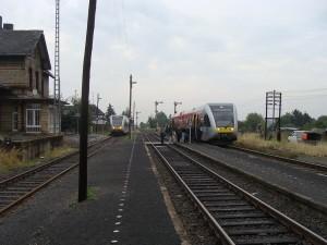 Der Bahnhof Beienheim mit den nicht mehr zumutbaren Bahnsteigen und den beiden Triebwagen, der linke kommt von Wölfersheim, der rechte ist der Zug, der Nidda ansteuert. Die Gesamtstrecke wird von der Hessischen Landesbahn betrieben.
