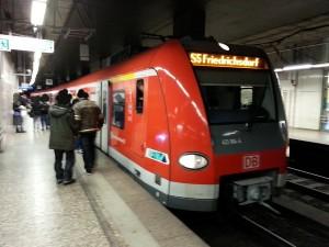 Ein Zug der S 5 im Frankfurter S-Bahn-Tunnel an der Station Konstablerwache. Hier fährt vom 16.07.-26.08.2016 kein Zug.