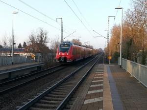 Ein Mittelhessen-Express fährt auf dem Weg von Treysa nach Frankfurt in den Haltepunkt Oswaldsgarten. Hier am Ende der Bahnsteige könnten Treppen und Rampen entstehen, denn direkt hinter den Bahnsteigen wird die neue Unterführung der Gießener Dammstraße gebaut.