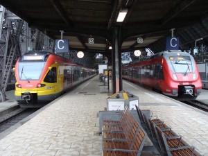 Gewohntes Bild im Vorfeld der Bauarbeiten. Der alte Bahnsteig für die Gleise 14 und 15 im Hauptbahnhof von Frankfurt am Main. im konkreten Fall links der RE 98/RE 99 des Main-Lahn-Sieg-Express (HLB), rechts der RE 40/RE 41 des Mittelhessen-Express (DB).
