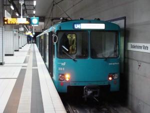 Ein U2-Stadtbahnwagen, im seit Ende der 1990er Jahre eingeführten türkisfarbenen Design, wie er bis jetzt im Tagebetrieb ist, hier auf der U4 an der Haltestelle Bockenheimer Warte.