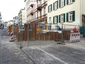 Die Haltestelle Musterschule in der Eckenheimer Landstraße, Bustelle am 02.04.2016 - hier entsteht ein Hochbahnsteig, bislang gings von der Fahrbahn in den Zug der U5.