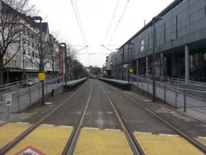 An der Haltestelle Deutsche Nationalbibliothek an der Kreuzung Alleenring/Eckenheimer Landstraße gibt es schon eine Haltestelle mit Hochbahnsteigen für die U5.